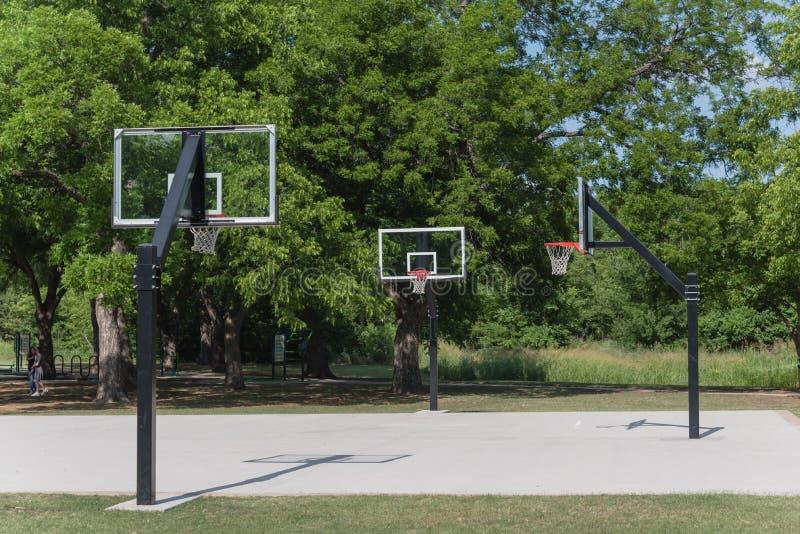 Παιδική χαρά καλαθοσφαίρισης σε ένα πράσινο πάρκο πόλεων στοκ εικόνα