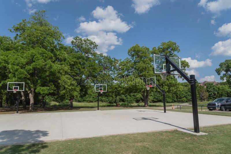 Παιδική χαρά καλαθοσφαίρισης σε ένα πράσινο πάρκο πόλεων στοκ φωτογραφία με δικαίωμα ελεύθερης χρήσης