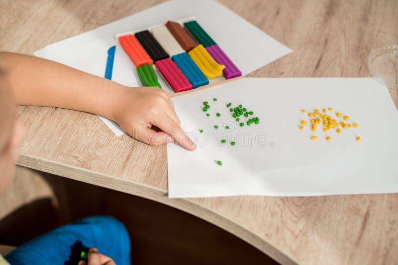 Παιδικό παιχνίδι με το plasticine Ζωηρόχρωμες τέχνες Η έννοια μιας ευτυχούς παιδικής ηλικίας στοκ φωτογραφίες με δικαίωμα ελεύθερης χρήσης