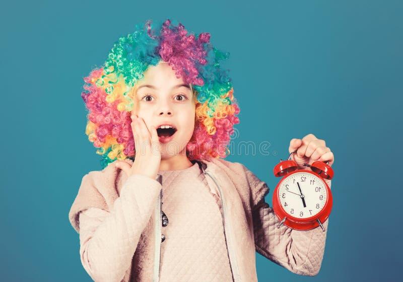 Παιδικό πολύχρωμο στυλ καραγκιόζη Δεν αστειεύομαι για την πειθαρχία Εσφαλμένος συναγερμός Το κορίτσι ανησυχεί στοκ φωτογραφίες