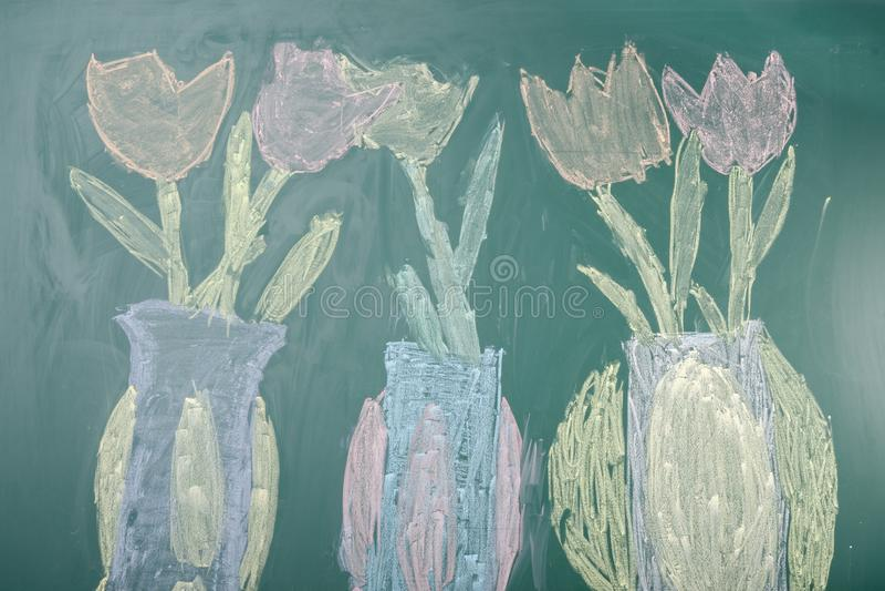 Παιδικό σχέδιο με κιμωλία από τουλίπες σε πίνακα στοκ φωτογραφία με δικαίωμα ελεύθερης χρήσης