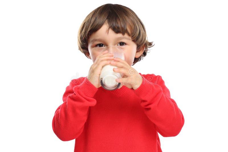 Παιδιών πόσιμου γάλακτος παιδιών γυαλιού κατανάλωση που απομονώνεται υγιής στο λευκό στοκ εικόνες