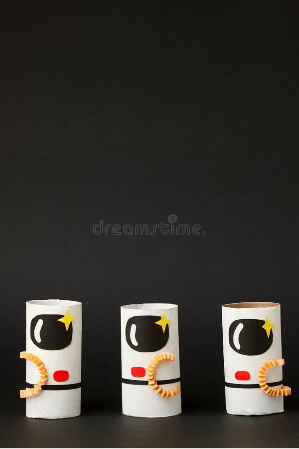 Παιχνίδια αστροναύτης σε μαύρο φόντο με χώρο αντιγραφής για κείμενο Ιδέα της εκκίνησης επιχειρήσεων, της εκκίνησης, της χειροτεχν στοκ εικόνες με δικαίωμα ελεύθερης χρήσης