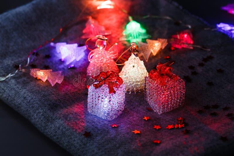 Παιχνίδια και γιρλάντα Χριστουγέννων σε έναν γενικό, κόκκινο αστερίσκο στοκ φωτογραφία με δικαίωμα ελεύθερης χρήσης