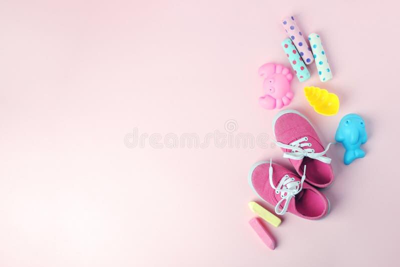 Παιχνίδια και ρόδινα πάνινα παπούτσια στο υπόβαθρο κρητιδογραφιών άνωθεν με το διάστημα αντιγράφων Παιδική ηλικία - έννοια διασκέ στοκ εικόνα με δικαίωμα ελεύθερης χρήσης
