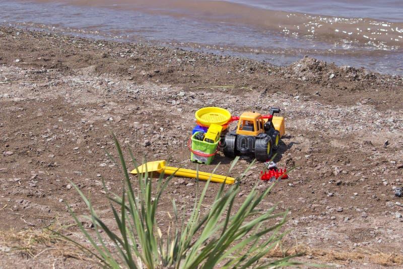 Παιχνίδια παιδιών που αφήνονται στην παραλία στοκ φωτογραφίες