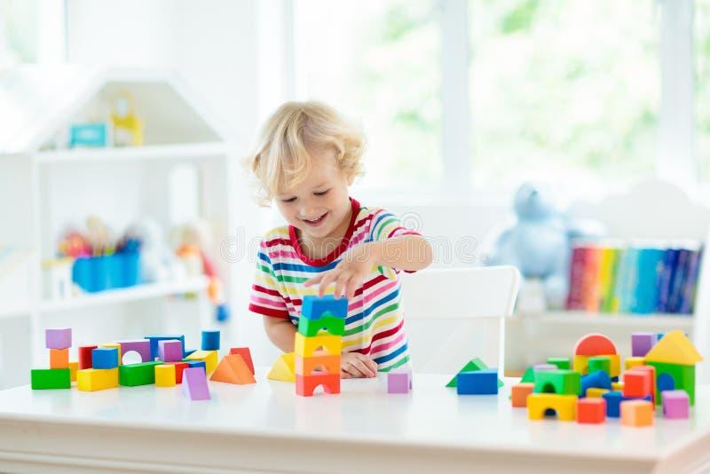 Παιχνίδια παιδιών Πύργος οικοδόμησης παιδιών των φραγμών παιχνιδιών στοκ φωτογραφίες