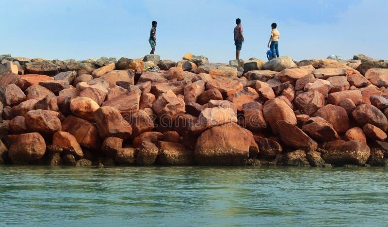 Παιχνίδια παιδιών στο φράκτη πετρών στοκ φωτογραφία με δικαίωμα ελεύθερης χρήσης