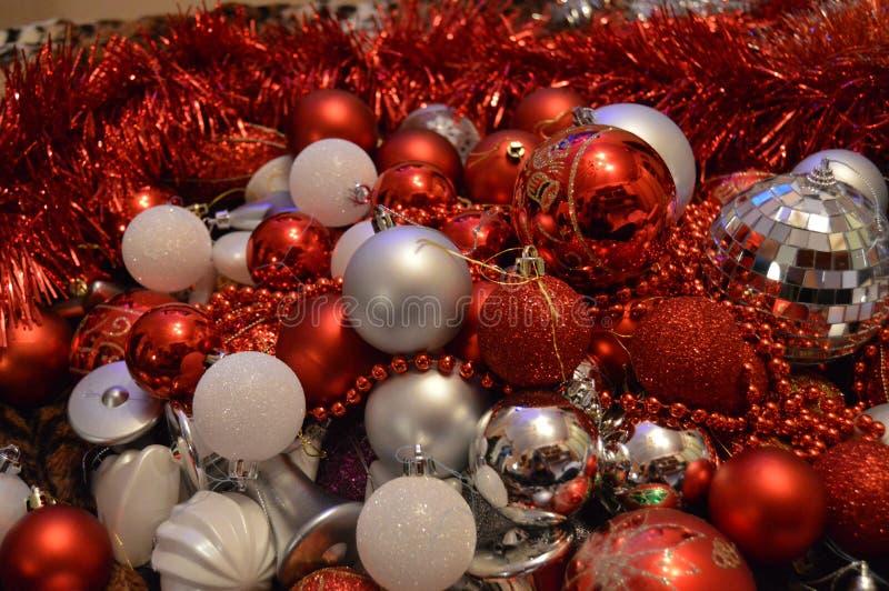 Παιχνίδια Χριστουγέννων που βρίσκονται στον καναπέ στο μίγμα στοκ φωτογραφίες με δικαίωμα ελεύθερης χρήσης