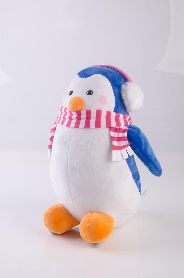 παιχνίδι ή αστείο χειροποίητο παιχνίδι penguins στο υπόβαθρο στοκ φωτογραφία