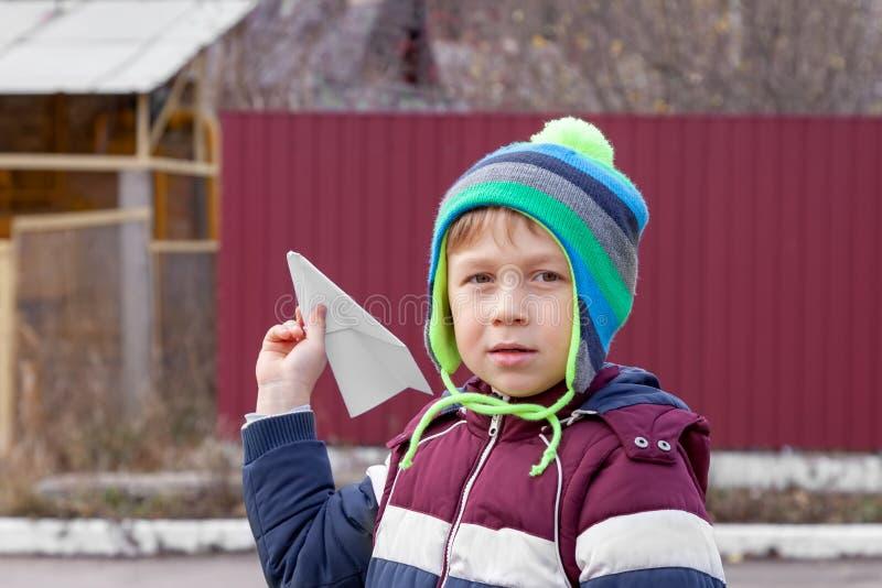 Παιχνίδι αγοριών με το αεροπλάνο εγγράφου στοκ φωτογραφία με δικαίωμα ελεύθερης χρήσης
