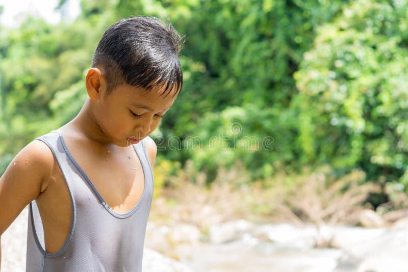 Παιχνίδι αγοριών παιδιών κοντά στον καταρράκτη στοκ φωτογραφία με δικαίωμα ελεύθερης χρήσης