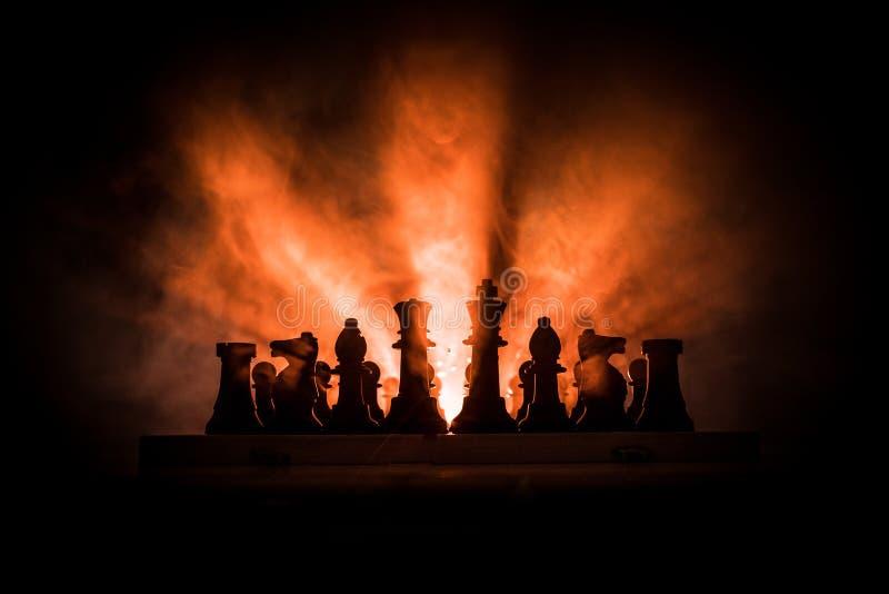 παιχνίδι ατόμων σκακιού Τρομακτική θολωμένη σκιαγραφία ενός προσώπου στη σκακιέρα με τους αριθμούς σκακιού Σκοτεινό τονισμένο ομι στοκ εικόνες