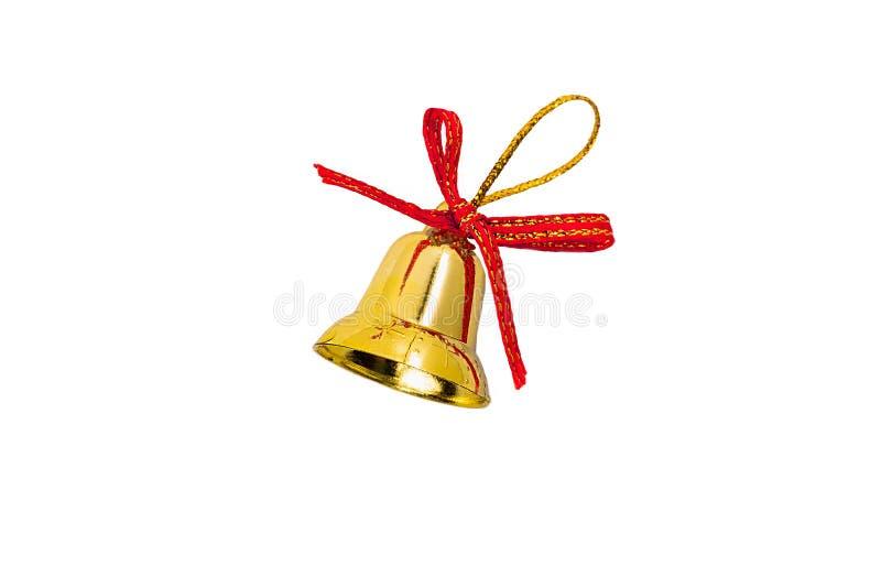 Παιχνίδι για τα χριστουγεννιάτικα κλαδιά του δέντρου με τη μορφή χρυσής καμπάνας με κόκκινο σατέν τόξο και βρόχο γυαλιστερό νήμα  στοκ φωτογραφία με δικαίωμα ελεύθερης χρήσης