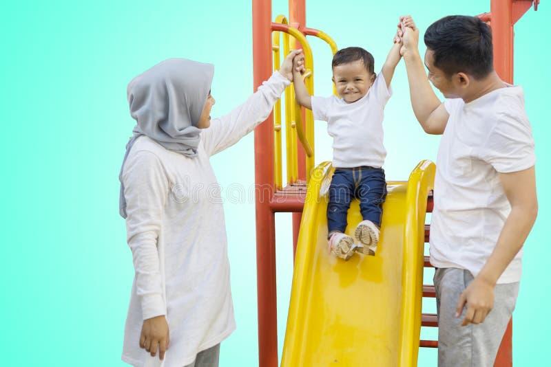 Παιχνίδι γονέων και κορών με μια φωτογραφική διαφάνεια στο στούντιο στοκ φωτογραφία με δικαίωμα ελεύθερης χρήσης