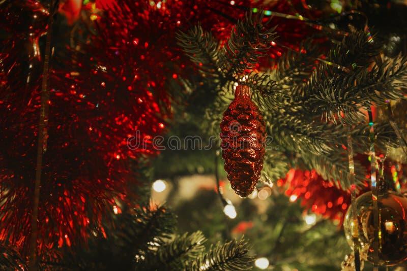 Παιχνίδι γυαλιού Χριστουγέννων σε ένα χριστουγεννιάτικο δέντρο στοκ φωτογραφία