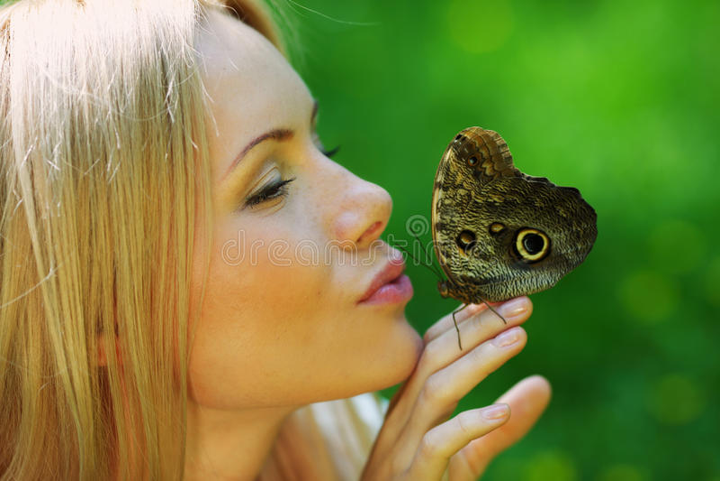 Παιχνίδι γυναικών με μια πεταλούδα στοκ φωτογραφία με δικαίωμα ελεύθερης χρήσης