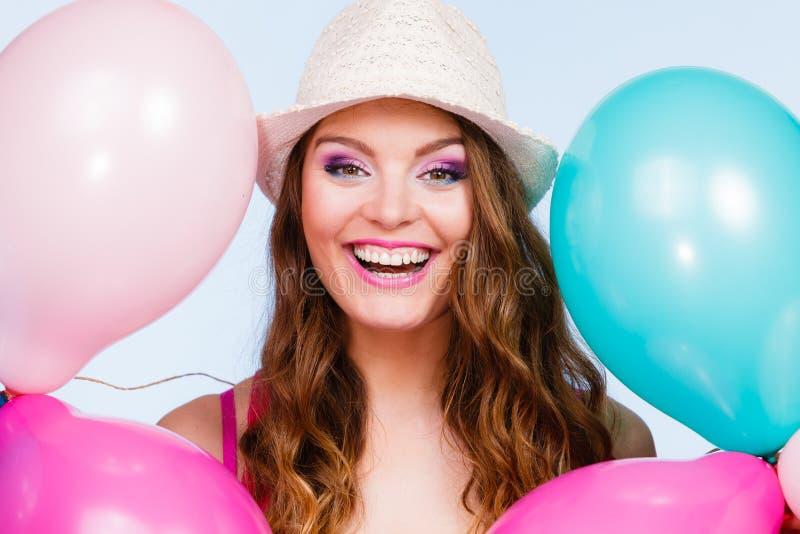 Παιχνίδι γυναικών με πολλά ζωηρόχρωμα μπαλόνια στοκ φωτογραφίες