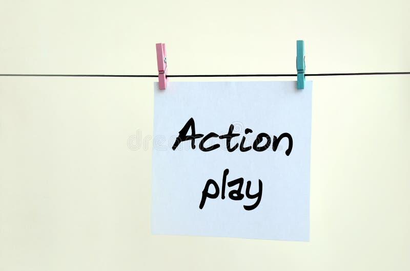 Παιχνίδι δράσης Η σημείωση γράφεται σε μια άσπρη αυτοκόλλητη ετικέττα που κρεμά με στοκ εικόνα με δικαίωμα ελεύθερης χρήσης