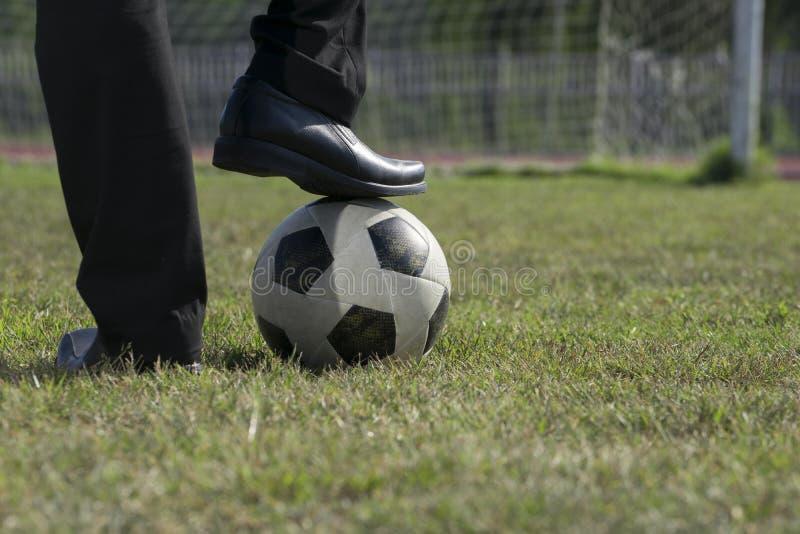 Παιχνίδι επιχειρηματιών με τη σφαίρα ποδοσφαίρου, ασιατικός επιχειρηματίας με το ποδόσφαιρο στο στάδιο foolball, σφαίρα ποδοσφαίρ στοκ εικόνα με δικαίωμα ελεύθερης χρήσης