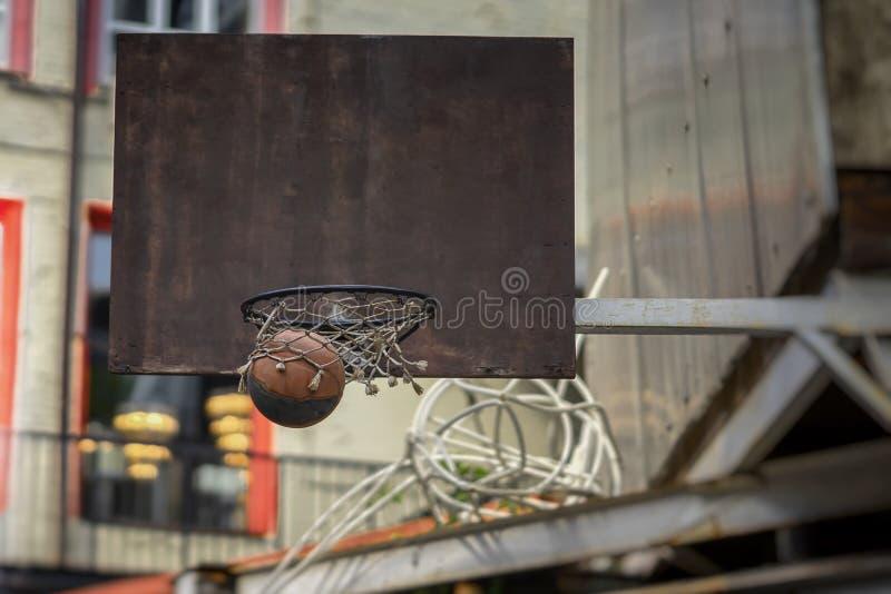 Παιχνίδι καλαθοσφαίρισης οδών Ασπίδα καλαθοσφαίρισης, σφαίρα που περνά από το καλάθι Έννοια του αθλητισμού, χτυπημένη ακρίβεια, ε στοκ φωτογραφίες