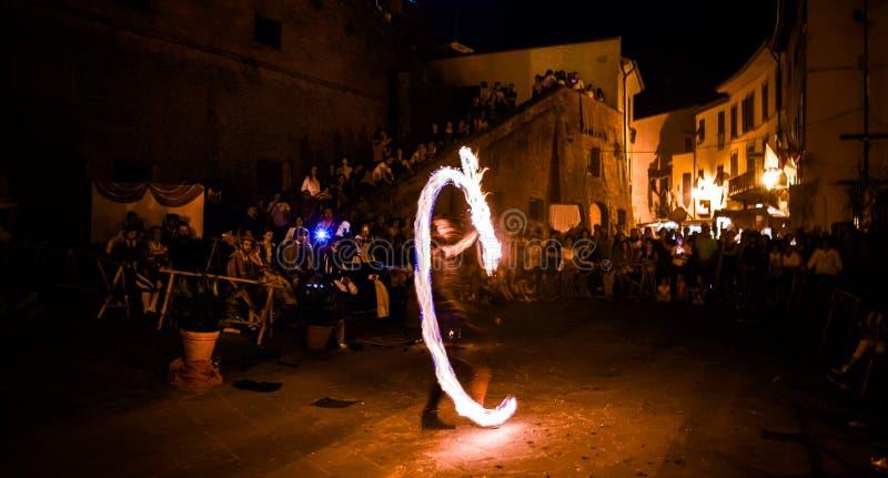 Παιχνίδι καλλιτεχνών οδών με ένα δαχτυλίδι της πυρκαγιάς στοκ φωτογραφία με δικαίωμα ελεύθερης χρήσης