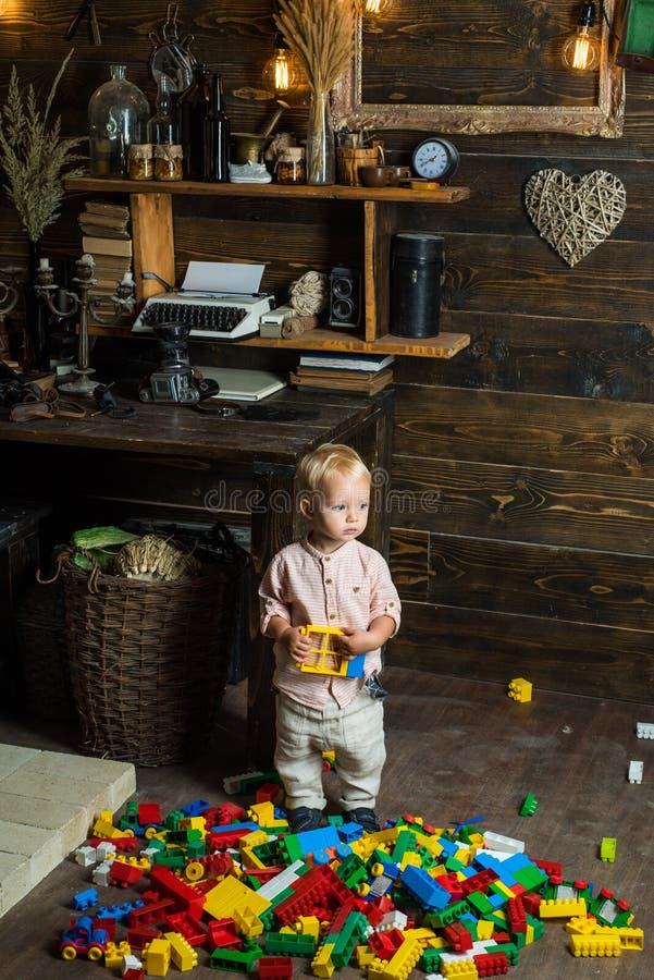 Παιχνίδι κατασκευής παιχνιδιού αγοράκι με τα ζωηρόχρωμα τούβλα παιχνιδιών Λίγο παιδί που μαθαίνει μέσω του παιχνιδιού Η παιδική η στοκ εικόνες