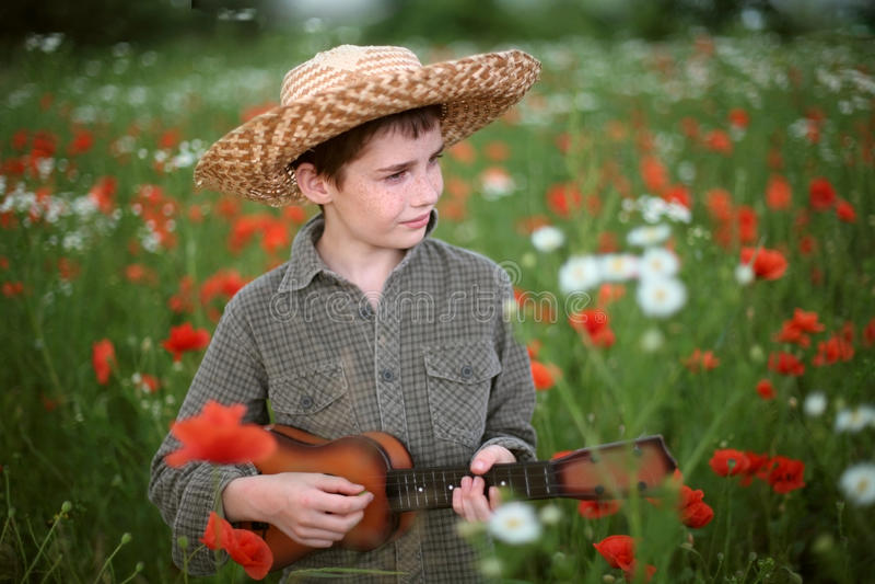 παιχνίδι κιθάρων αγοριών στοκ φωτογραφία με δικαίωμα ελεύθερης χρήσης