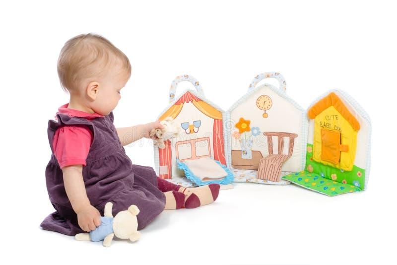 παιχνίδι κοριτσιών βιβλίων μωρών στοκ φωτογραφία με δικαίωμα ελεύθερης χρήσης