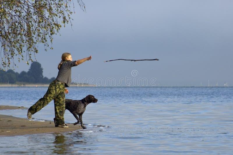 παιχνίδι κοριτσιών σκυλιών στοκ εικόνα με δικαίωμα ελεύθερης χρήσης