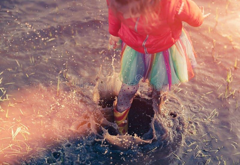 Παιχνίδι κοριτσιών συγκομιδών στη λασπώδη λακκούβα στοκ εικόνες με δικαίωμα ελεύθερης χρήσης