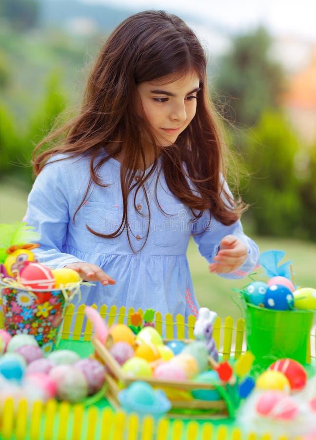 Παιχνίδι κοριτσιών της Νίκαιας με τα αυγά Πάσχας στοκ φωτογραφία με δικαίωμα ελεύθερης χρήσης