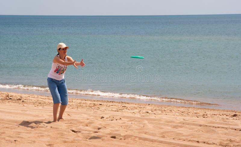 παιχνίδι κοριτσιών frisbee στοκ εικόνες