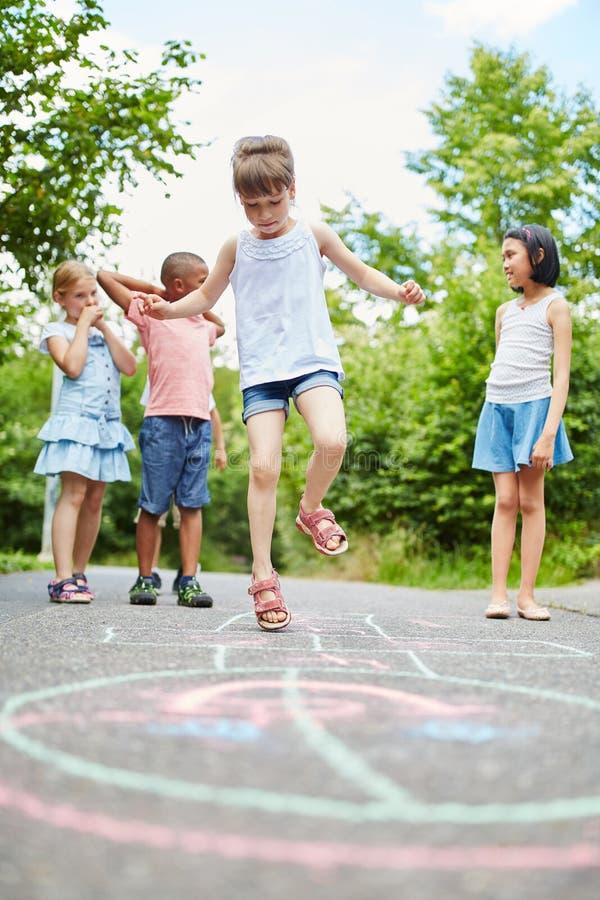 Παιχνίδι κοριτσιών hopscotch που χρωματίζεται με την κιμωλία στοκ φωτογραφία με δικαίωμα ελεύθερης χρήσης