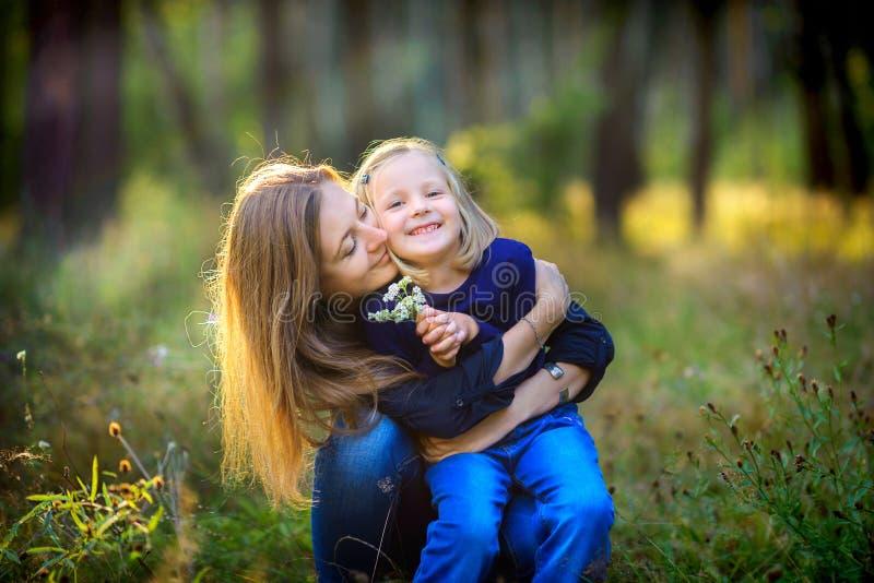 Παιχνίδι μητέρων με την κόρη της στο πάρκο βραδιού, αγκάλιασμα και χαμόγελο στοκ φωτογραφίες με δικαίωμα ελεύθερης χρήσης