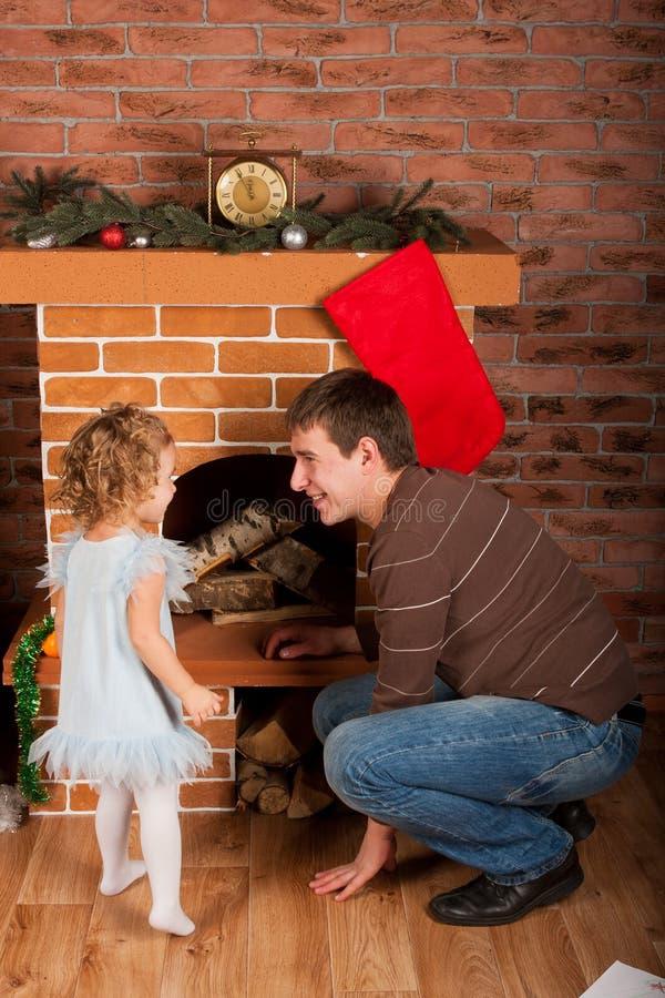 Παιχνίδι μικρών κοριτσιών με τον μπαμπά κοντά στο χριστουγεννιάτικο δέντρο στοκ φωτογραφία με δικαίωμα ελεύθερης χρήσης