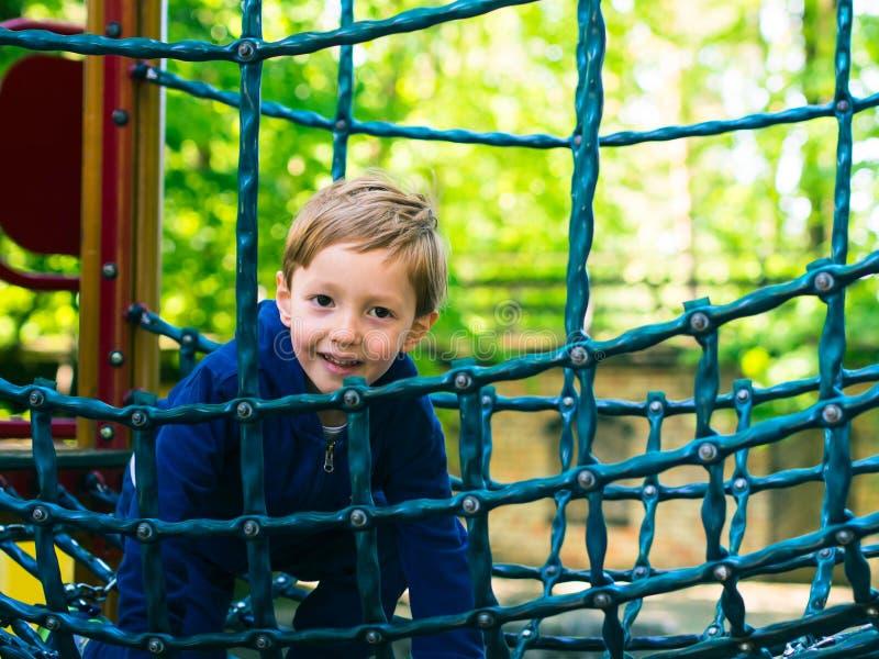 Παιχνίδι μικρών παιδιών σε μια παιδική χαρά _ στοκ εικόνες