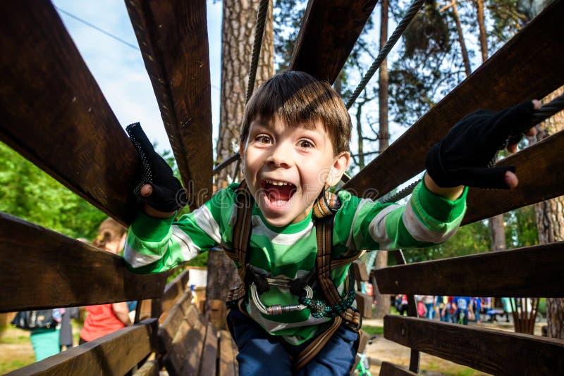 Παιχνίδι μικρών παιδιών στο πάρκο περιπέτειας σχοινιών Έννοια καλοκαιρινών διακοπών Χαριτωμένο παιδί που έχει τη διασκέδαση στην  στοκ φωτογραφίες με δικαίωμα ελεύθερης χρήσης