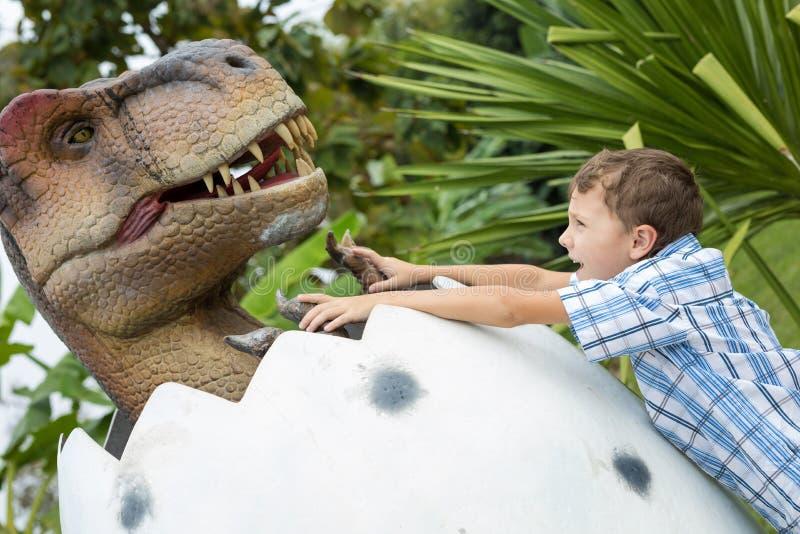 Παιχνίδι μικρών παιδιών στο πάρκο του Dino περιπέτειας στοκ εικόνες με δικαίωμα ελεύθερης χρήσης