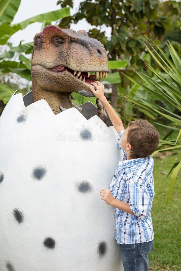 Παιχνίδι μικρών παιδιών στο πάρκο του Dino περιπέτειας στοκ φωτογραφία με δικαίωμα ελεύθερης χρήσης