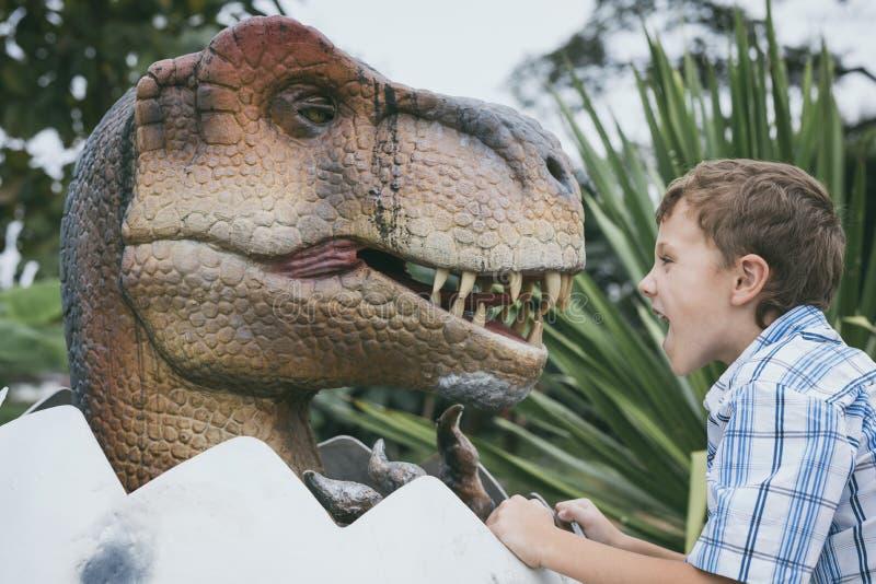 Παιχνίδι μικρών παιδιών στο πάρκο του Dino περιπέτειας στοκ εικόνα με δικαίωμα ελεύθερης χρήσης