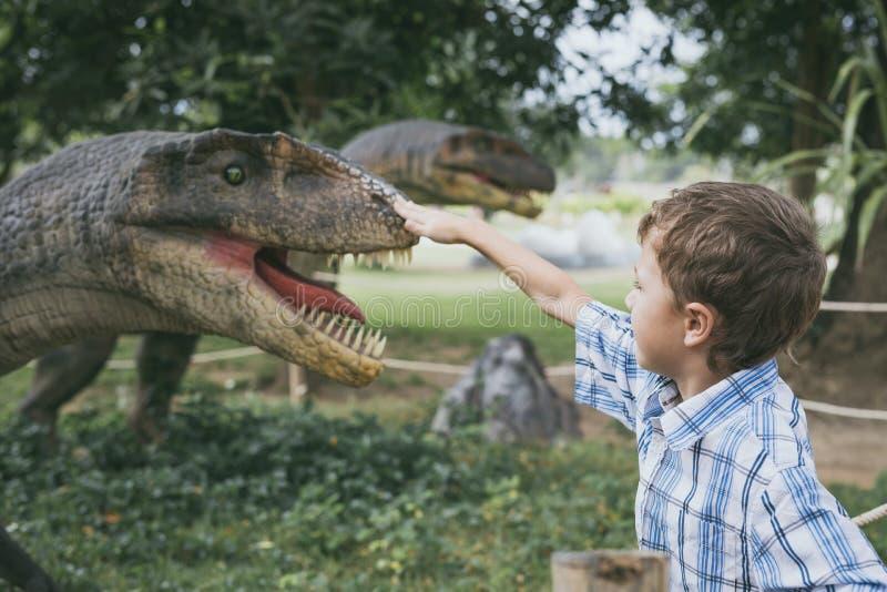 Παιχνίδι μικρών παιδιών στο πάρκο του Dino περιπέτειας στοκ εικόνες