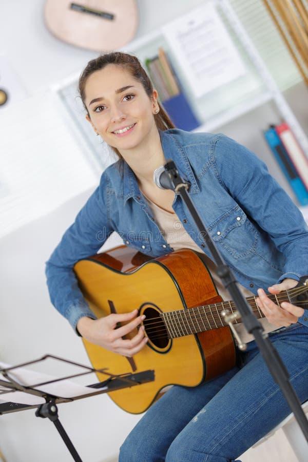 Παιχνίδι μουσικών αγοριών εφήβων στην ακουστική κιθάρα στοκ φωτογραφίες με δικαίωμα ελεύθερης χρήσης