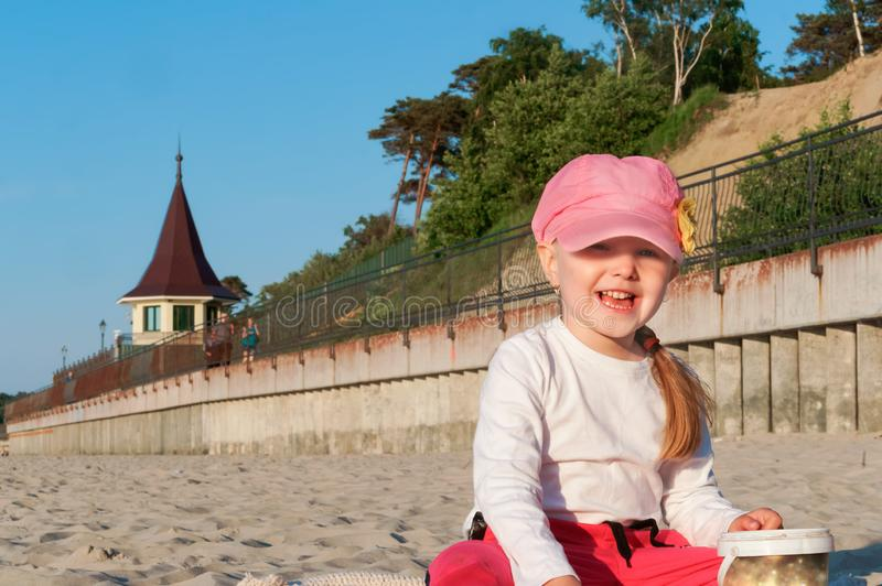 Παιχνίδι μωρών με την άμμο, μικρό κορίτσι στην παραλία στοκ εικόνες