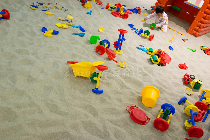 Παιχνίδι μωρών στην άμμο στοκ φωτογραφία με δικαίωμα ελεύθερης χρήσης