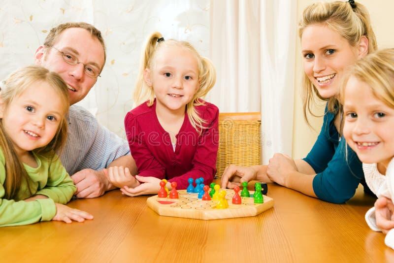 παιχνίδι οικογενειακών π στοκ εικόνα με δικαίωμα ελεύθερης χρήσης