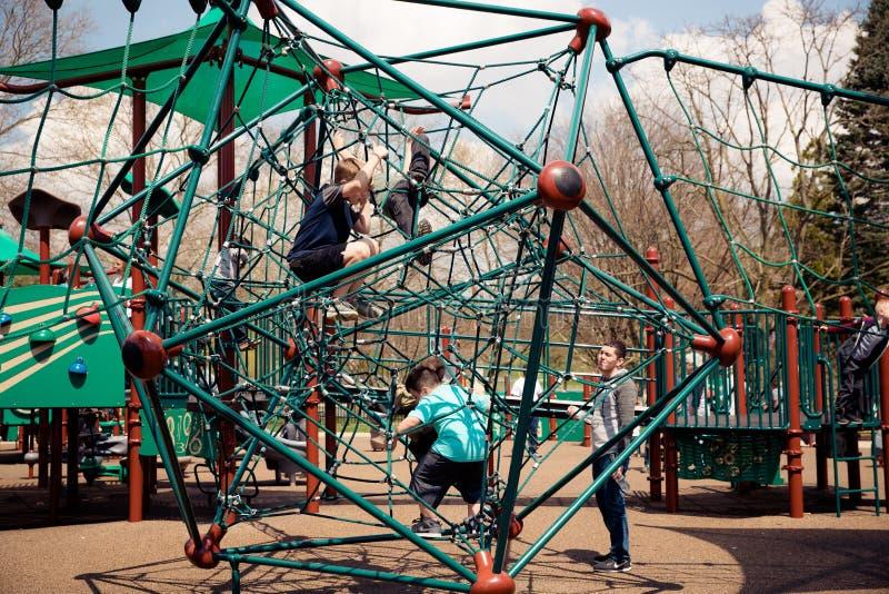 Παιχνίδι παιδιών στην παιδική χαρά στοκ φωτογραφία με δικαίωμα ελεύθερης χρήσης