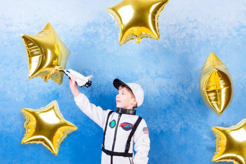 Παιχνίδι παιδιών στον αστροναύτη με τον κατασκευαστή στοκ εικόνες