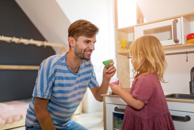 Παιχνίδι πατέρων με την κόρη στο σπίτι στοκ φωτογραφία με δικαίωμα ελεύθερης χρήσης