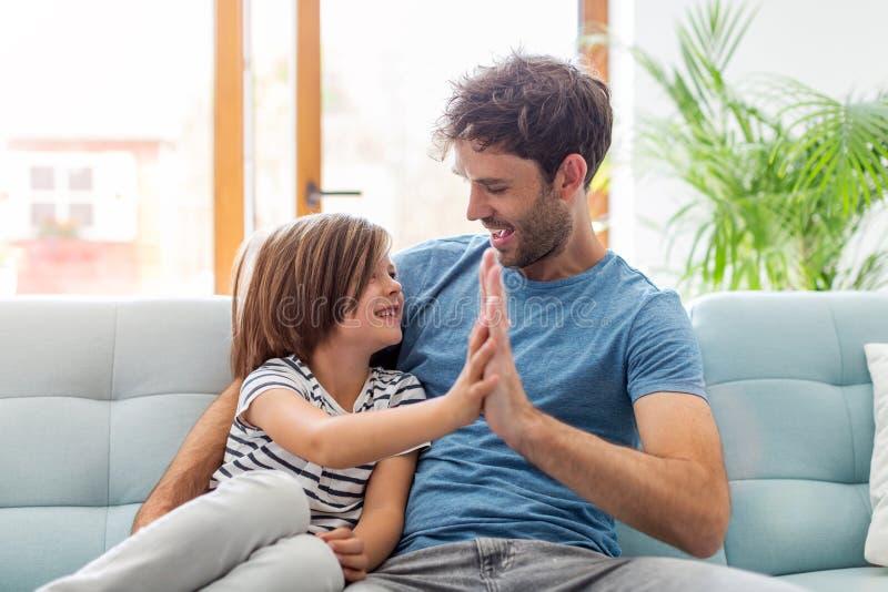 Παιχνίδι πατέρων με το γιο του στοκ φωτογραφία με δικαίωμα ελεύθερης χρήσης